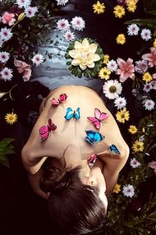Widok Z Góry Młoda Kobieta Korzystających Z Leczenia Uzdrowiskowego Darmowe Zdjęcia
