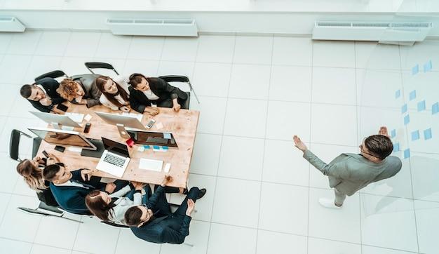 Widok z góry. młody biznesmen stojący w środku przestronnego biura. zdjęcie z miejscem na kopię