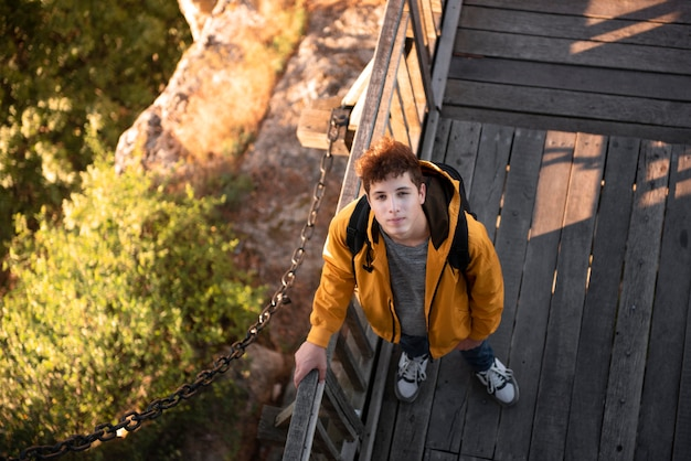Widok z góry młody człowiek na wakacjach
