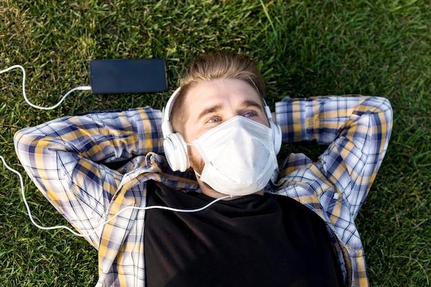 Widok z góry młody człowiek z relaksującą maską na twarz