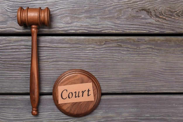 Widok z góry młotek sędziego na drewnianym stole. pojęcie sądu i prawa.