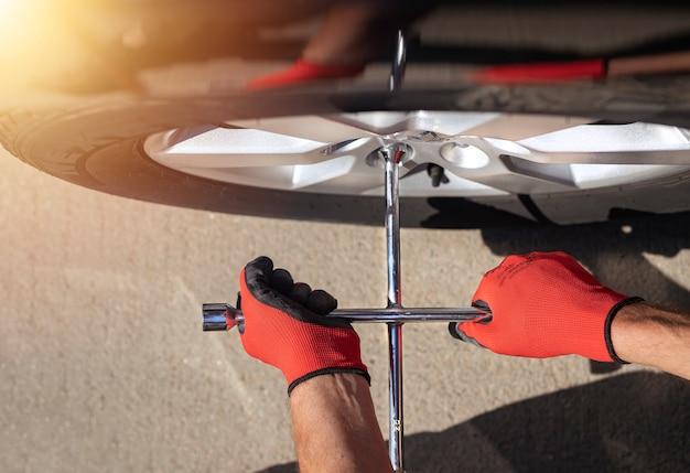 Widok z góry mocowania kontroli i sprawdzania opony samochodu za pomocą narzędzia ręcznego