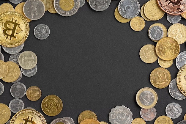 Widok z góry monet na ciemnym tle