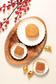 Widok z góry mooncake na jasnym tle z herbatą concept moon cake na święto środka jesieni