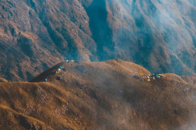 Widok z góry mulayit taung złote światło porannego słońca i mgła zakryta na górze mulayit, myanmar