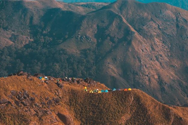 Widok z góry mulayit taung złote światło porannego słońca i mgły pokryte na mount mulayit, myanmar