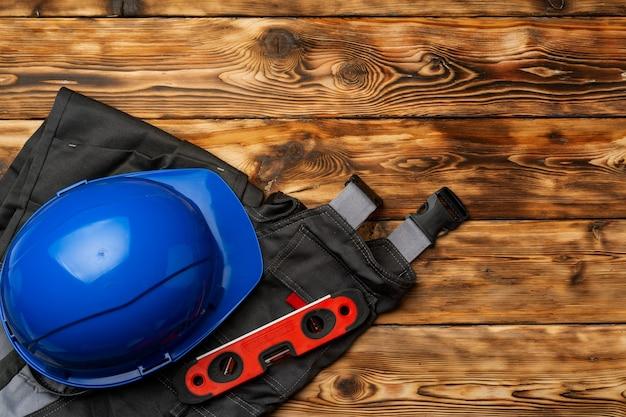 Widok z góry munduru pracownika budowlanego na drewniane