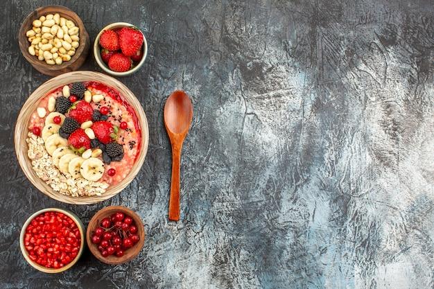 Widok z góry musli owocowe ze świeżymi owocami pokrojonymi w plasterki