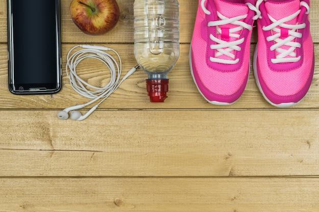 Widok z góry na akcesoria sportowe do fitnessu.