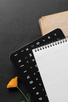 Widok z góry na alfabet braille'a
