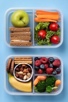 Widok z góry na aranżację pudełek na lunch ze zdrową żywnością
