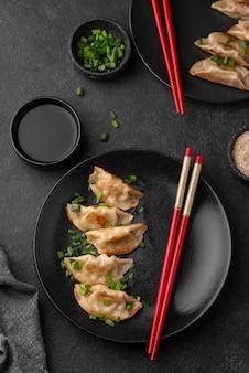 Widok z góry na azjatyckie danie na talerzu z pałeczkami