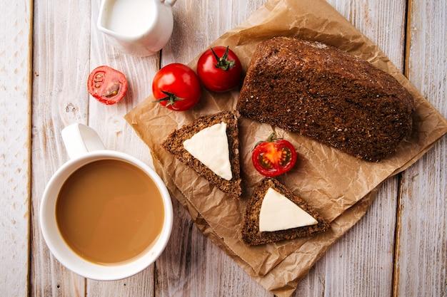 Widok z góry na bezmączny chleb zbożowy z serem i kawą na drewnianym stole