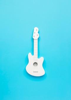 Widok z góry na białą gitarę