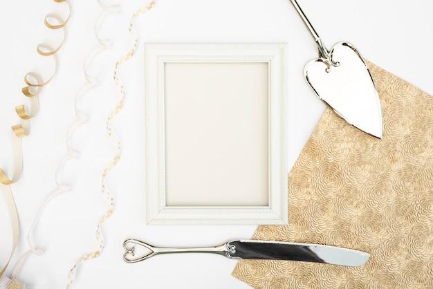 Widok z góry na białą ramkę ze sztućcami