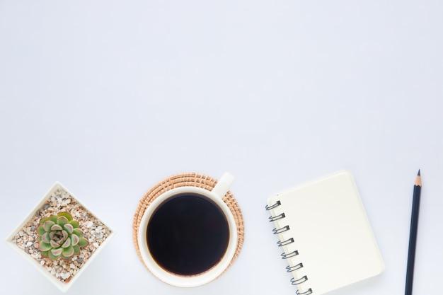 Widok z góry na białe biurko z miejscem na kopię do wprowadzania tekstu na płasko.