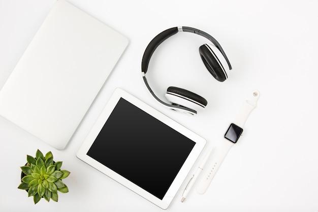 Widok z góry na biały biurowy żeński obszar roboczy z laptopa