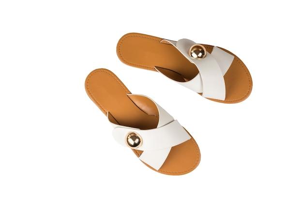 Widok z góry na białym tle stylowe letnie sandały damskie. wygodne letnie buty damskie.