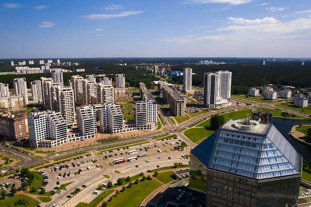 Widok z góry na bibliotekę narodową i nową dzielnicę z parkiem w mińsku. białoruś, budynek użyteczności publicznej