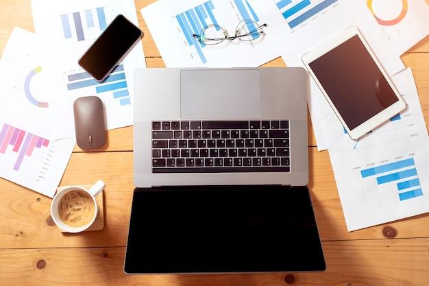 Widok z góry na biurko biznesowe