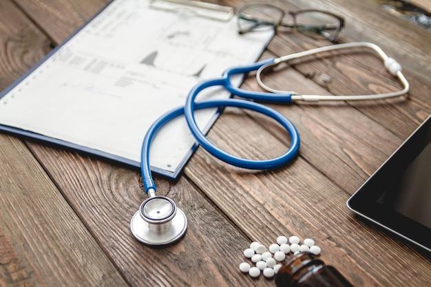 Widok z góry na biurko lekarza