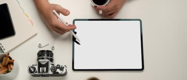 Widok z góry na biurko z cyfrowym tabletem i papeterią