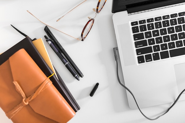 Widok z góry na biurko z laptopem i okularami