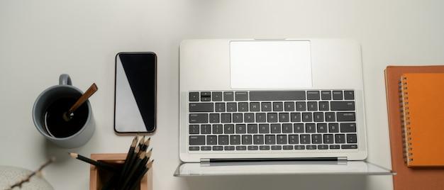 Widok z góry na biurko z laptopem i papeterią