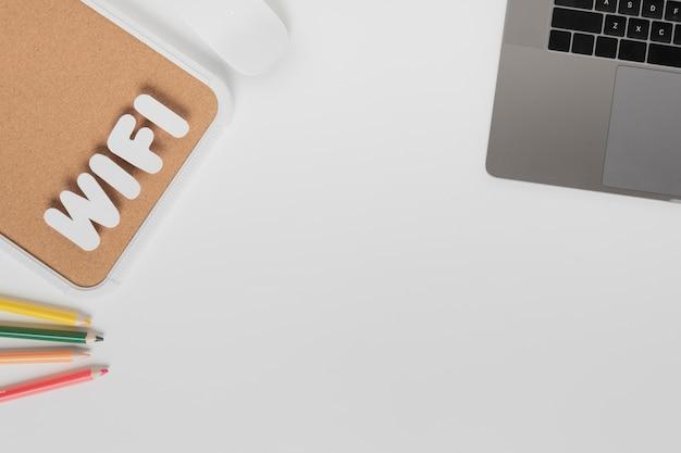 Widok z góry na biurko ze znakami wi-fi