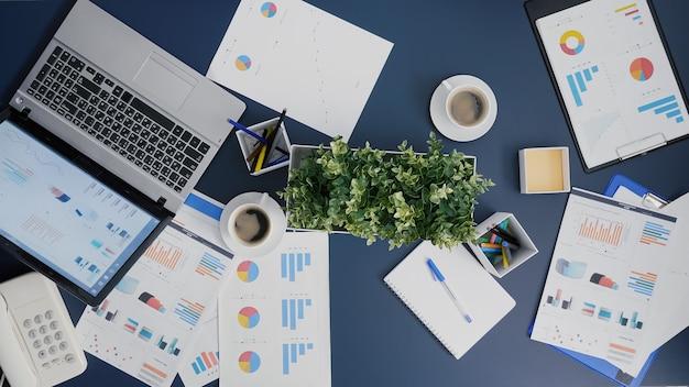 Widok z góry na biznesową pracę zespołową podczas burzy mózgów strategii finansowej w biurze firmy startowej