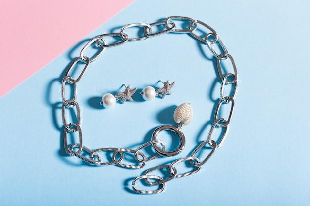 Widok z góry na biżuterię i akcesoria na jasnym tle
