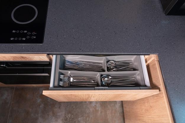 Widok z góry na blat kuchenny z szarego kamienia z otwartą szufladą
