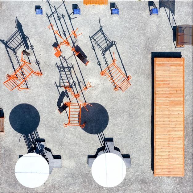 Widok z góry na boisko sportowe do treningu i ćwiczeń w parku miejskim.