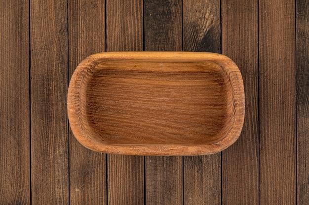 Widok z góry na brązową pustą naturalną drewnianą miskę