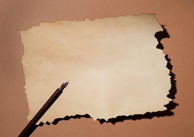 Widok z góry na brązowy papier z piórem