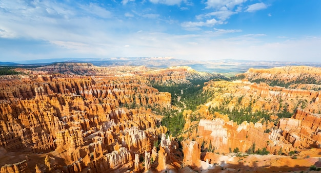 Widok z góry na bryce canyon z panoramą.