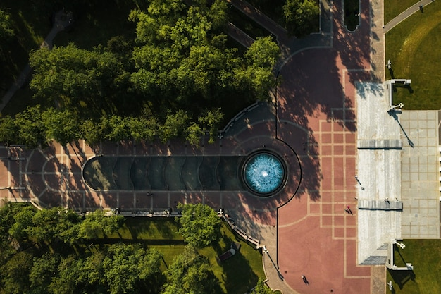 Widok z góry na budynek opery bolszoj i teatru baletowego i parku w mińsku.