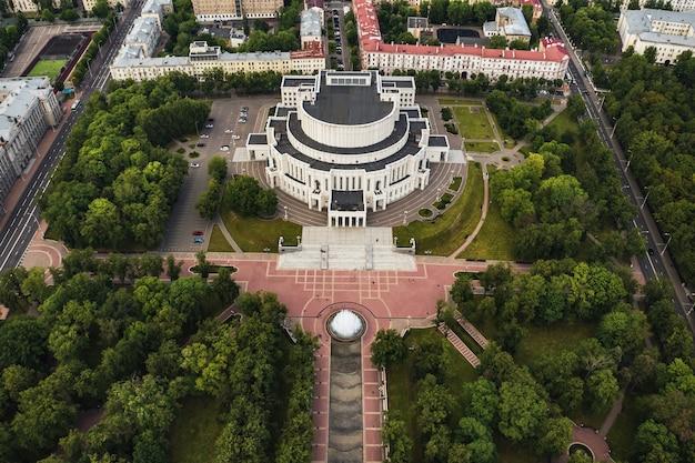 Widok z góry na budynek opery bolszoj i teatru baletowego oraz park w mińsku. budynek publiczny. białoruś.