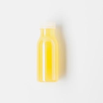 Widok z góry na butelkę soku z drożdży