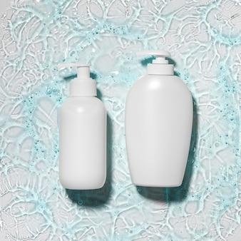 Widok z góry na butelki z żelem wodno-alkoholowym