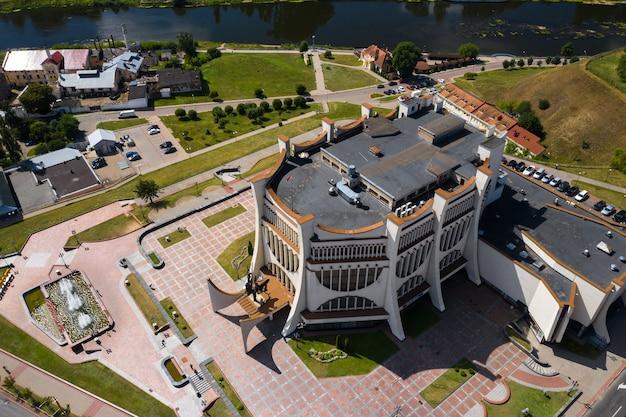 Widok z góry na centrum grodna i białą operę na białorusi. historyczne centrum miasta z dachem z czerwonej dachówki, zamkiem i operą.