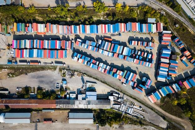 Widok z góry na centrum logistyczne, dużą liczbę pojemników w różnych kolorach do przechowywania towarów.