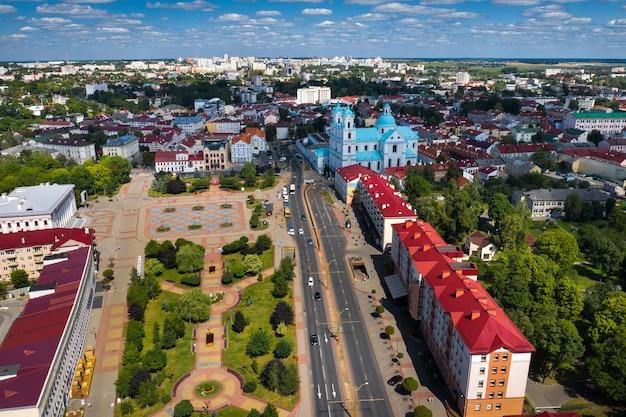 Widok z góry na centrum miasta grodno na białorusi. historyczne centrum miasta z dachem z czerwonej dachówki i starym kościołem katolickim.