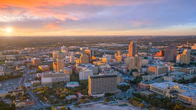 Widok z góry na centrum san antonio w teksasie o zachodzie słońca