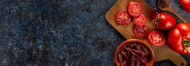 Widok z góry na chili z pomidorami i miejsce na kopię