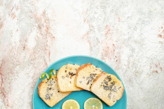 Widok z góry na chleb i talerz cytryny z pokrojonymi owocami cytrusowymi i białym chlebem
