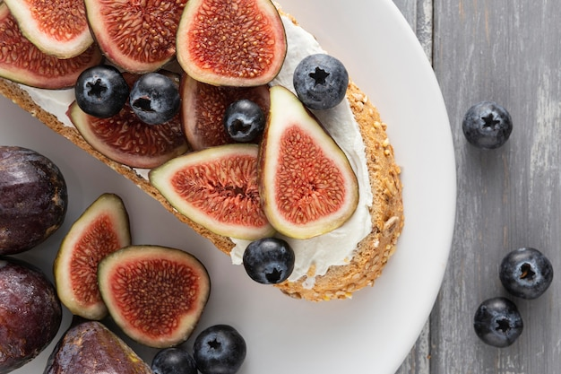 Widok z góry na chleb z twarogiem, figami i jagodami