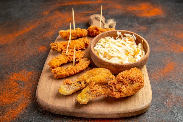 Widok z góry na chrupiące menu z kurczakiem z sałatką?