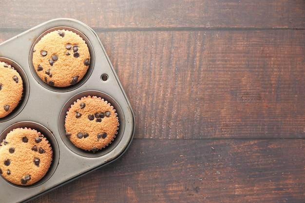 Widok z góry na ciasto czekoladowe na drewnianym stole.