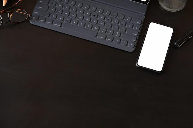 Widok z góry na ciemne skórzane biuro i przestrzeń do kopiowania